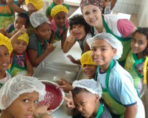 Crianças do CEDEL aprendem a fazer bolo de beterraba